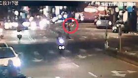 台北文山區20歲無照騎士闖黃燈撞死73歲婦人。(圖/翻攝畫面)