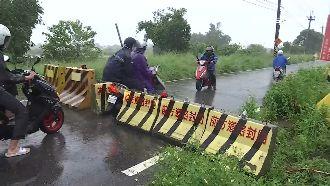 台南大雨封路橋 機車騎士硬搬路障