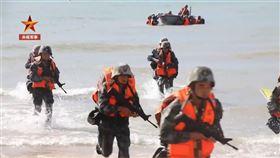 ▲解放軍實彈搶灘登陸。(圖/翻攝自央視軍事微博)