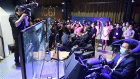 智崴5G VR體感電競垂直應用場域啟用(2)智崴5G VR體感電競垂直應用場域26日在高雄舉行開幕記者會,高雄市經發局長廖泰翔(前右)出席實際體驗遊戲,會中並允諾將持續推動體感科技園區計畫補助。中央社記者王淑芬攝 109年8月26日