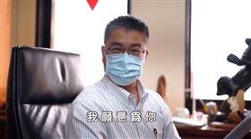 內政部創意改編王菲神曲《我願意》,籲民眾戴口罩防疫,徐國勇戴口罩現身畫面。(圖/翻攝內政部臉書)