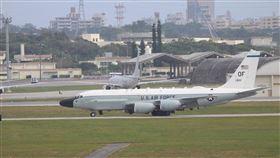 美機南海偵巡創新高北京智庫「南海戰略態勢感知計畫」(SCSPI)計算,美軍飛機7月前3週從鄰近的美國基地飛至南海達新高的50次,頻率與機種都大幅增加。圖為2018年沖繩嘉手納基地的RC-135W偵察機(前)與P-8A反潛機(後)。中央社記者陳亦偉攝 109年7月26日