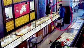「住五星級飯店」花光127萬存款!女搶銀樓…乖乖等警察(圖/翻攝自微博)
