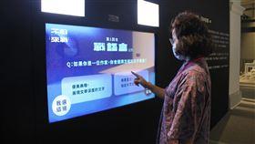 台灣文學論爭特展 科技裝置帶民眾回到過去台灣文學館舉辦「不服來戰—台灣文學論爭特展」,回望百年間文壇的精彩論戰,27日開展,場中設有「重返聲音現場」科技裝置,呈現文學論戰氛圍及意象,讓觀眾如同身臨辯論現場。(台文館提供)中央社 109年8月27日