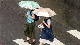 受到西南風持續影響,中央氣象局28日上午持續針對台南市、高雄市及屏東縣發出大雨特報。(中央社檔案照片)