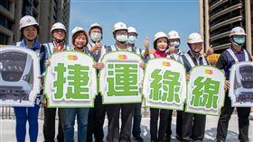 捷運綠線高架段首跨橋面版完成,高架軌道逐漸成形、預計2026年如期通車(圖/桃園市政府)