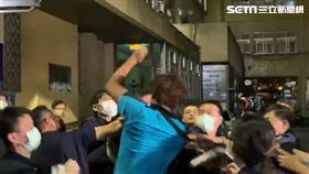 警方將劉嫌移送新北地檢署複訊,卻遭男館粉瘋狂追打。(圖/翻攝畫面)
