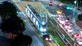 新北七旬老翁開車駛誤闖淡海輕軌的軌道。(圖/翻攝自臉書《細說淡水》)