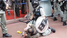 港區國安法生效  港警拘捕七一遊行示威者(2)港區國安法6月30日深夜生效,香港警方7月1日在銅鑼灣驅散及逮捕準備參加遊行的示威人士。中央社記者張謙香港攝  109年7月1日