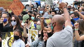 疫情下 美國人戴口罩示威美國各地掀起反對種族歧視的示威,在武漢肺炎疫情未解的情況下,大多數人都戴上口罩,不過人潮擁擠下較難保持距離。中央社記者林宏翰洛杉磯攝 109年6月9日