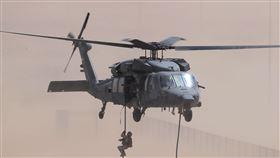阿聯酋軍事基地的演習中,UH-60黑鷹直升機墜落(圖/美聯社/達志影像)