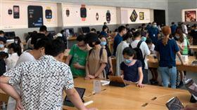 中國蘋果體驗店被民眾塞滿。(圖/翻攝自微博)