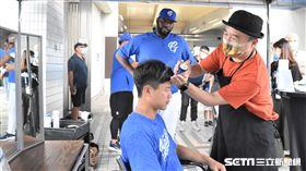 索沙和賴鴻誠體驗理髮。(圖/記者王怡翔攝影)