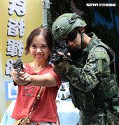 國防部舉辦的「九三香堤嘉年華─超級愛國軍Yes Sir」活動,民眾手握著手槍就戰鬥位子。(記者邱榮吉/攝影)
