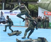 國防部舉辦的「九三香堤嘉年華─超級愛國軍Yes Sir」活動,關指部弟兄表演精彩戰技。(記者邱榮吉/攝影)