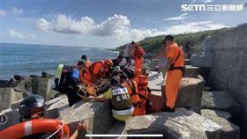 屏東小琉球1名男子潛水時卡在消波塊溺斃。(圖/翻攝畫面)