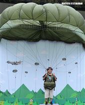 國防部舉辦的「九三香堤嘉年華─超級愛國軍Yes Sir」活動,民眾穿上T10B傘具模擬帥氣跳傘。(記者邱榮吉/攝影)