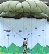國防部舉辦的「九三香堤嘉年華─超級愛國軍Yes Sir」活動,小朋友穿上T10B傘具模擬帥氣跳傘。(記者邱榮吉/攝影)
