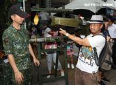 國防部舉辦的「九三香堤嘉年華─超級愛國軍Yes Sir」活動,民眾手握著槍枝就戰鬥位子。(記者邱榮吉/攝影)