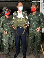 國防部長嚴德發巡視陸海空各攤位,體驗手槍打靶幾乎滿分、同時穿上傘具當一日傘兵並頒發加菜金。(記者邱榮吉/攝影)
