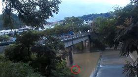 台中男墜橋泡水3小時 被救反問「為何我在這」…警消驚呆(圖/翻攝畫面)