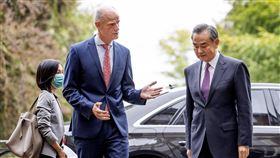 中國外長王毅24日開始訪歐之行,26日訪問荷蘭時,外長布洛克(Stef Blok)當面表示對北京箝制新疆維吾爾人及香港自由的關切。