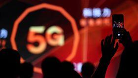 台灣大哥大5G盛大開台(2)繼中華電之後,台灣大哥大30日下午宣布5G開台,推出從新台幣599元到2699元的8種5G資費,月付1399以上可5G吃到飽。中央社記者王騰毅攝  109年6月30日