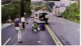 南投母女騎車遭撞彈飛 母不治女送醫(圖/翻攝畫面)
