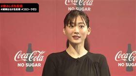 綾瀨遙笑著否認兩人談戀愛。(圖/翻攝自YouTube直播)
