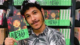 巴西漫畫家在台推新作 呈現台灣風土文化巴西漫畫家盧卡斯(Lucas Paixao)因為熱愛華語影劇、歌曲而到台灣求學,近期推出首部連載也是首部正式出版作品「檳榔美少女」,全書可窺見他對台灣風土文化的觀察,以及對動漫次文化的喜愛。(遠流出版提供)中央社記者陳秉弘傳真 109年9月1日