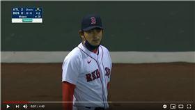 ▲林子偉生涯首次防守左外野,隊友漏接回傳球毀美技。(圖/翻攝自YouTube)