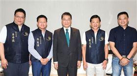 內政部長徐國勇、台北市議員洪健益參加聖興天后宮中元普渡祭拜、捐贈儀式。(圖/聖興天后宮提供)
