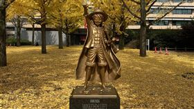 位在熊本縣廳前的魯夫銅像,以感謝作者尾田榮一郎,對2016年熊本大地震的付出貢獻。(圖/翻攝自推特)