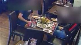 男子用餐過程中,將手伸進褲檔。 (圖/翻攝自推特)