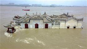 中國應急管理部副部長周學文3日表示,今年洪災遍及全國28個省區,7047.1萬人次受災,直接經濟損失高達人民幣2143.1億元(新台幣約9215億元)。圖為湖北省鄂州市長江江心上建於14世紀的重點保護文物觀音閣7月17日被滾滾江水包圍。(圖/中新社)