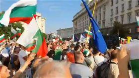 保加利亞爆示威!丟100枚炸彈「總理下台」 警水砲對峙 圖/翻攝自@AnVassileva推特