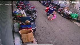 台中女童生前曾遭母親同居人拉扯拖行。(圖/翻攝畫面)