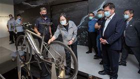 蔡英文參訪捷安特自行車文化館,盼持續推動台灣產業與國際接軌(圖/總統府提供)