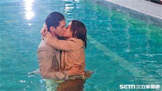 被霸總秘密求婚 水中激吻宋芸樺濕了