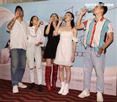 導演簡學彬、肆一、陳妤、林映唯、李杏出席電影「可不可以、你也剛好喜歡我」慶功。(記者邱榮吉/攝影)