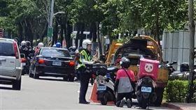 台北市1名外送員違規遭開單,竟向女警下跪要求銷單。(圖/翻攝《爆廢公社二館》)