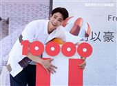 劉以豪首張個人EP「Ü」台北慶功簽唱會,公布銷售佳績上百降落傘象徵成功降落。 (記者邱榮吉/攝影)