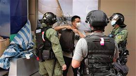 香港民眾發起九龍遊行 警搜查可疑者6日香港有民眾在網上發起在九龍佐敦一帶集會遊行,提出反對港區維護國家安法等訴求。圖為防暴警察在佐敦一帶搜查可疑者。中央社記者張謙香港攝  109年9月6日