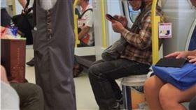 工人搭捷運坐油漆桶上 網一看全哭了 (圖/翻攝自爆廢公社公開版臉書)