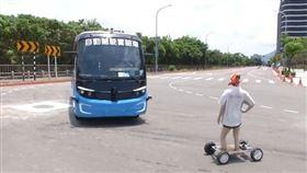 ▲模擬情境:有路人穿越道路,自駕車偵測到路人,馬上停下。(圖/擷自三立新聞網YT畫面)