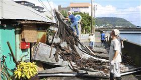 海神颱風雖已往朝鮮半島前進,但暴風圈仍持續籠罩日本部分地區,九州至少35人受傷、超過36萬戶停電。圖為九州奄美地區鐵皮屋頂被颱風吹翻。(圖/共同社)