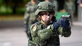 有網友在網路論壇《PTT》上發問,「怎麼都是泱泱去當兵進去被操?」(圖/翻攝自泱泱LYNN臉書粉絲團)
