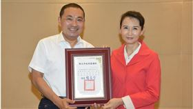 鴻海科技集團捐贈100萬片口罩予新北市政府,由汪用和協理代表集團接受侯友宜市長親自表揚。