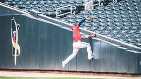 ▲雙城右外野手凱夫(Jake Cave)攀上看台沒收界外球。(圖/翻攝自雙城推特)