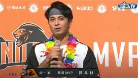 郭阜林在頒獎台上和球迷道歉。(圖/翻攝自CPBL  TV)